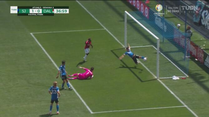 ¡Merece una ovación! Carlos Fierro se lanza y evita el gol de FC Dallas