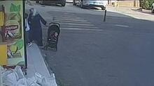 Bebé en su carrito avanza sin control en una calle transitada por autos tras el descuido de su madre