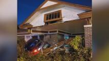 Un vehículo choca contra la vivienda de una mujer mayor en Dallas, causando múltiples daños