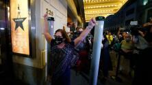 """""""Es increíble estar aquí"""": Nueva York celebra la reapertura de los teatros en Broadway"""