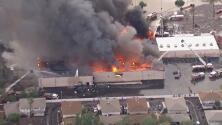 Llamas de 30 pies y el techo derrumbado: un incendio arrasa un supermercado en Arizona