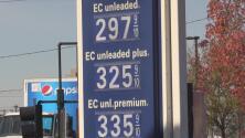 Conductores en Sacramento celebran la baja en el precio de la gasolina