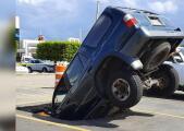 Una camioneta se hundió en pleno estacionamiento en Arecibo