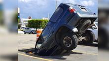 ¡Se la tragó la tierra! Una camioneta se hundió en pleno estacionamiento en Arecibo