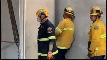 Una mujer se queda atrapada entre dos edificios comerciales de Santa Ana