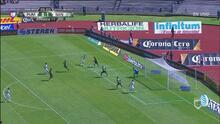 Carlos González se mete al área rival en busca de la igualada, pero le falta precisión