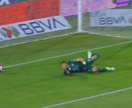 ¡Atajadón! Vikonis se lanza y le roba otra gol a Julián Quiñones