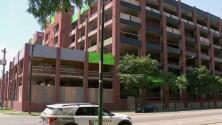 Vecinos se oponen a la construcción de viviendas asequibles frente a una fábrica de asfalto en Chicago