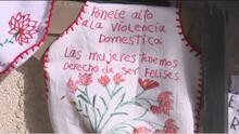 Organización en California utiliza mandiles para crear conciencia sobre la violencia doméstica