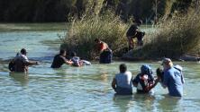 """""""No perdemos la esperanza"""": inmigrantes arriesgan sus vidas cruzando el Río Bravo en el sector de Piedras Negras"""