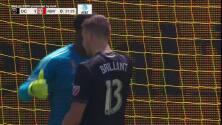 Con un milagroso manotazo el portero Bill Hamid evita el gol de Marc Rzatkowski