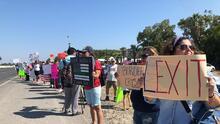 Así fue la protesta de un pequeño grupo en Texas contra la llegada de 12 mil migrantes en Del Río