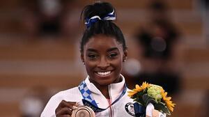 Simone Biles gana bronce en barra de equilibrio en Tokyo 2020