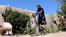 Esta afgana buscaba competir internacionalmente y ahora no puede usar su bicicleta porque el Talibán lo prohíbe