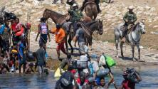 Cientos de migrantes haitianos perseguidos con caballos regresan a México atravesando el Río Bravo
