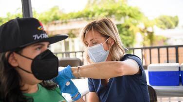 ¿Puedo aplicarme la vacuna de la influenza y del coronavirus al mismo tiempo? Esto dice experto