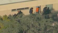 Padres de familia angustiados esperan noticias de sus hijos tras tiroteo en escuela de Los Ángeles