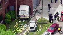 En video, un autobús terminó chocando contra una pared luego de que un auto lo embistiera velozmente