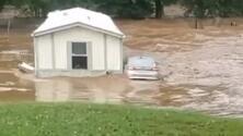 En video: Una mujer ve cómo la corriente se lleva su casa río abajo