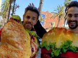 Eugenio Derbez se disfrazó de taco para pedir dinero en la calle