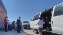 Inmigrantes haitianos que permanecían en la frontera de Texas están siendo trasladados a Tucson