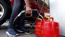 Habitantes de Florida hacen largas filas para conseguir gasolina antes del huracán Irma