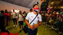 Chivas llegó muy concentrado al 'pasillo' hecho por sus fans