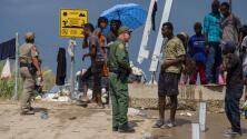 Patrulla Fronteriza bloquea el paso de migrantes que permanecen debajo del puente internacional Del Río, Texas