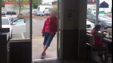 Video: Una familia hispana recibe insultos y son agredidos por hablar español en un restaurante