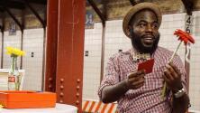 Espacio de citas creado en el metro de Nueva York ahora llegará a la televisión