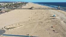 """""""Se ve limpio"""": visitantes y comerciantes, emocionados por reapertura de las playas de Huntington Beach"""