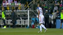 Tarjeta amarilla. El árbitro amonesta a Miguel Layún de México