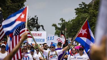 ¡Díaz-Canel asesino! Raúl Castro asesino!: cubanos se concentran frente a la Casa Blanca