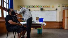 ¿Despidos por no vacunarse? Distrito Escolar de Los Ángeles anuncia consecuencias para sus trabajadores
