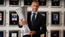 UEFA presenta el trofeo a disputarse para la Conference League