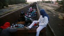 A bordo de 'La Bestia': así es el peligroso viaje de la caravana de migrantes que Trump tanto critica