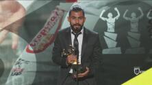 Amaury Escoto, ganador del trofeo por el mejor Gol del Año 2017 tras su anotación a Chivas