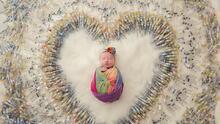 La increíble razón que explica la foto viral de esta bebé rodeada de 1,616 jeringas