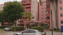 Familias desalojadas de un edificio en Miami regresan a sus apartamentos, pero solo para recoger sus pertenencias