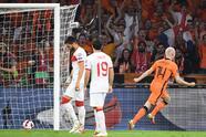 Países bajos golea a Turquía con marcador de 6-1 durante el partido de eliminatoria de la UEFA rumbo al Mundial. Davi Klassen, Guus Til, Donyell Malen y el triplete de Memphis Depay, llevaron a la victoria a la 'Naranja Mecánica', colocándose en primer lugar del Grupo G con 13 puntos al igual que Noruega, pero con una diferencia de goles.