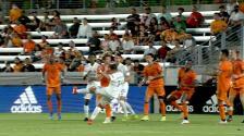 ¡Agresiva volea! 'Chicharito' Hernández saca un cañonazo, pero el portero evita el gol