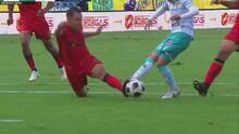 ¡Cruce salvador! Alberto Acosta le quita el gol a Omar Fernández