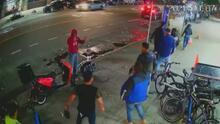 Repartidores defienden a uno de sus colegas que era asaltado por dos hombres