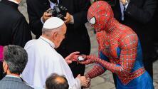 El video viral del Papa Francisco saludando a Spiderman en el Vaticano