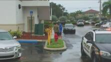 Una conductora confunde el freno y atropella a dos personas en Boynton Beach, Florida