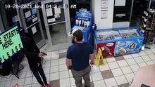 (VIDEO Asaltantes en gasolinera se llevan tremenda sorpresa al ser enfrentados por un veterano y sus destrezas
