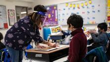 Evalúan exigir la vacunación en mayores de 12 años como requisito para volver a clases presenciales en Los Ángeles