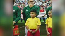 Los sueños se cumplen: Este niño acompañó a su jugador favorito en uno de los partidos del Mundial