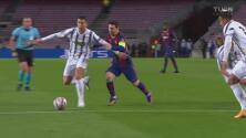 ¡Es la locura! Cristiano le roba el balón a Messi y evita su gol