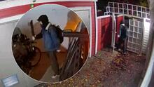 Video capta a intruso con machete en un garaje y la reacción del dueño lo hace salir corriendo